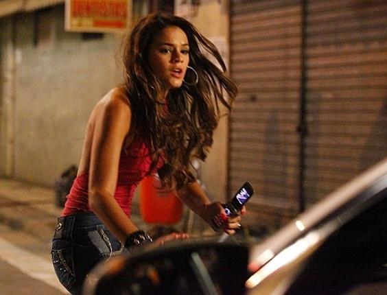 28.jan.2013 Lurdinha (Bruna Marquezine) é atropelada pelo carro de Wanda (Totia Meirelles) no caminho para o baile funk
