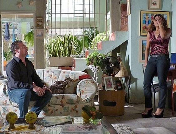 """28.jan.2013 - Em """"Salve Jorge"""", Russo mente e diz a Lucimar que viu Morena usar drogas"""
