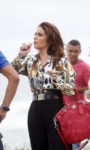 """28.jan.2013 - Giovana Antonelli grava cenas de """"Salve Jorge"""" na orla da Barra da Tijuca. A atriz é delegada e está cuidando do caso da morte de Jéssica (Carolina Dieckmann) na trama"""