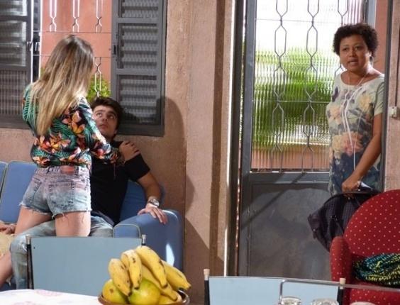 """Em """"Malhação"""", Fatinha é pega no maior amasso com Vitor e se faz de sonsa"""