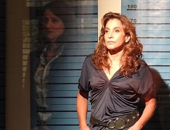 """Em """"Salve Jorge"""", Berna diz que não conhece Wanda, que está presa na delegacia"""