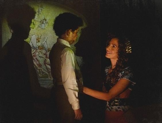 """29.jan.2013 - Em """"Lado a Lado"""", Elias dá um beijo carinhoso em Isabel"""