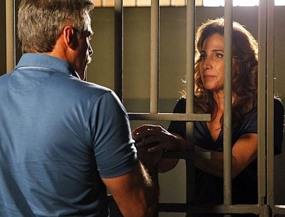 """Em """"Salve Jorge"""", Nunes cai direitinho no papo de Wanda e se oferece para pagar fiança"""