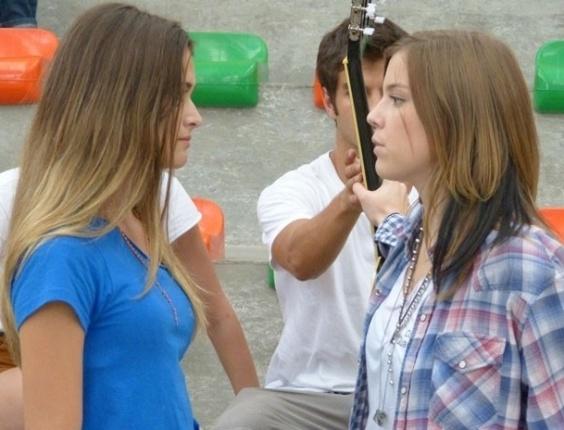 """Em """"Malhação"""", Fatinha provoca Lia: ?Mal acabou e já tá se jogando pra cima de outro?"""