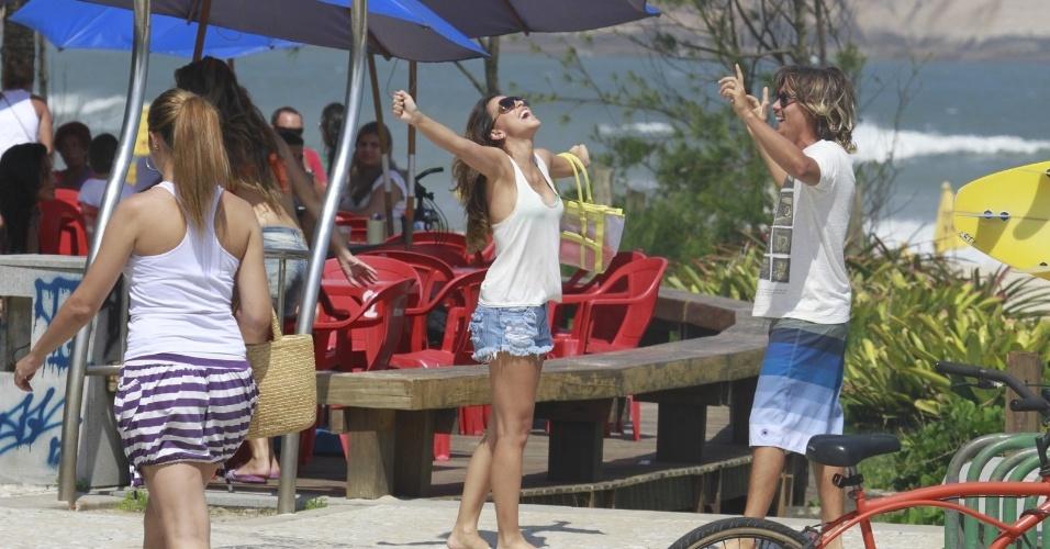 """1.fev.2013 - Mariana Rios e gravam cenas de """"Salve Jorge"""" na praia da Macumba, no Rio"""