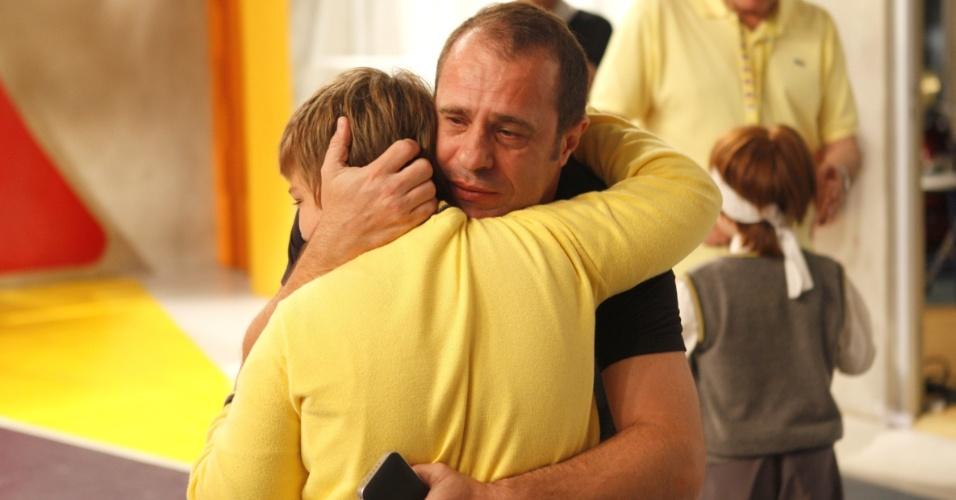 """4.fev.2013 - Konstantino Atanassopulos abraça o diretor de planejamento artístico, Fernando Pelegio no último dia de gravações de """"Carrossel"""""""
