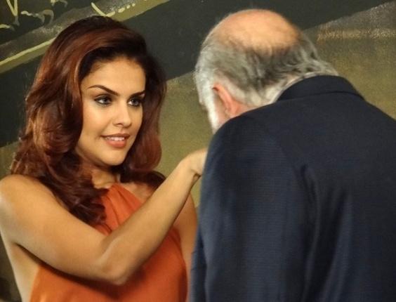 4.fev.2013 - Rosângela (Paloma Bernardi) conhece produtor de comerciais na Turquia