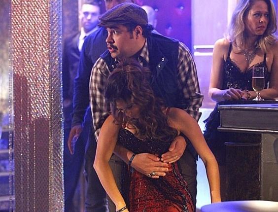 7.fev.2013 Morena desmaia nos braços de Demir e vê nele um possível aliado