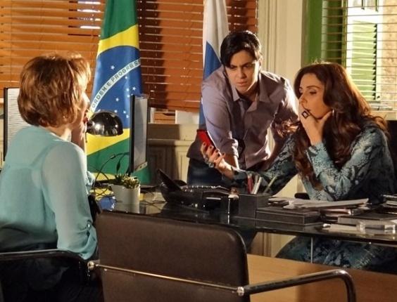 13.fev.2013 - Rachel (Ana Beatriz Nogueira) acha foto que mostra uma outra mulher no banheiro em que Jéssica (Carolina Dieckmann) morreu