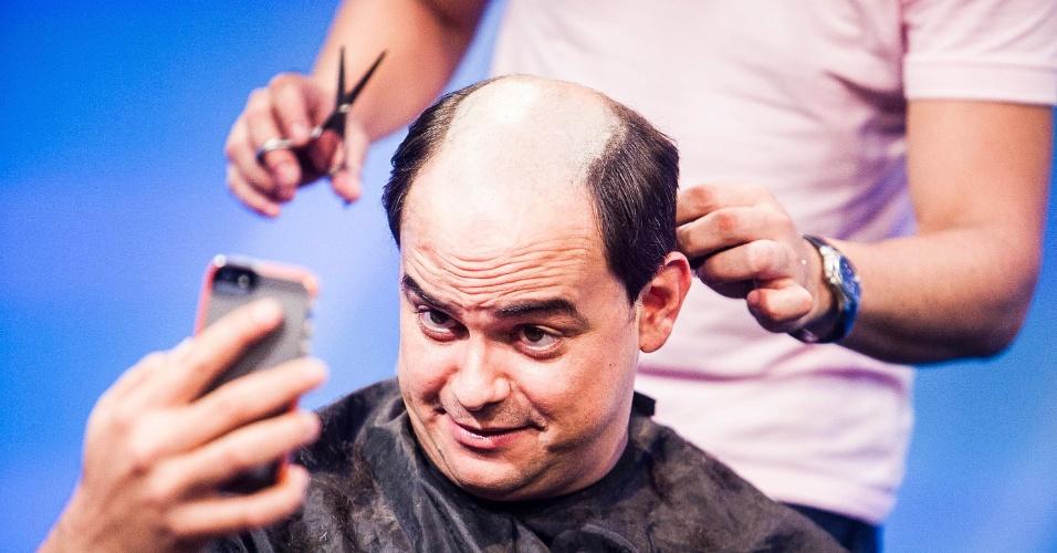 13.fev.2013: Marvio Lucio, o Carioca, corta o cabelo durante entrevista