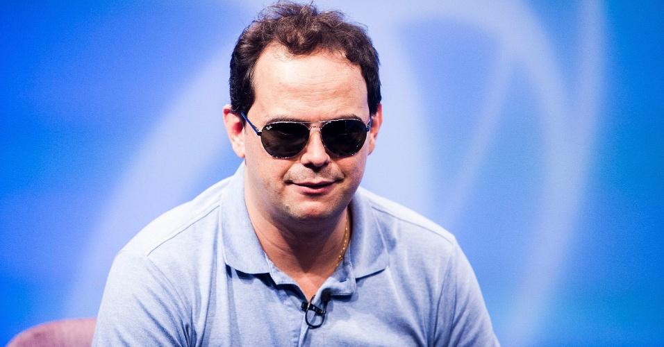 Marvio Lucio, o Carioca, corta o cabelo durante entrevista