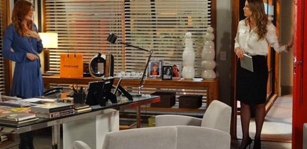 14.fev.2013 - Vânia (Luana Piovani) flagra Veruska (Mayana Moura) mexendo no escritório de Roberta (Glória Pires)