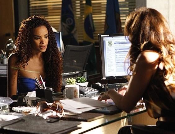 16.fev.2013 - Sheila (Lucy Ramos) revela a Helô (Giovanna Antonelli) que Lívia (Claudia Raia) sabe tudo sobre Morena (Nanda Costa)