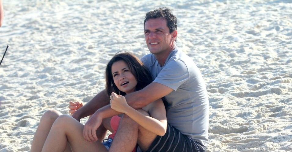 """18.fev.2013 - Em clima de romance, Rodrigo Lombardi e Nanda Costa gravaram cenas de """"Salve Jorge"""" em uma praia na zona oeste do Rio"""