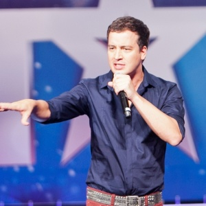 "Mais magro, o ex-CQC Rafael Cortez apresenta o programa ""Got Talent Brasil"" na Record"