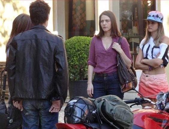 """21.fev.2013 - Em """"Malhação"""", Fatinha vê Vitor com Lia e provoca a menina"""