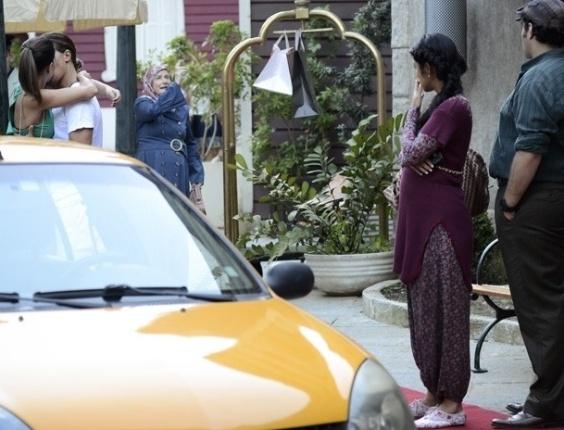 """21.fev.2013 -  Em """"Salve Jorge"""", Pepeu e Drika se beijam na rua e causam confusão na Turquia"""