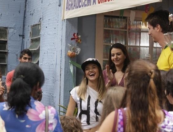 21.fev.2013 - Fatinha (Juliana Paiva) mostra liderança política na comunidade