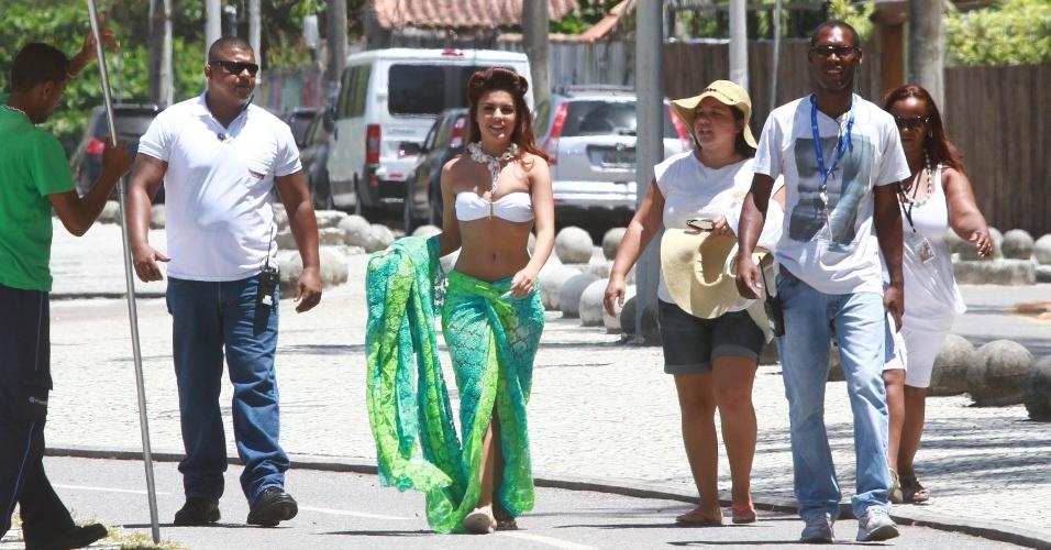 """22.fev.2013 - A atriz Paloma Bernardi grava cenas de sua personagem, Rosângela, de """"Salve Jorge"""", na praia da Macumba, no Rio de Janeiro"""