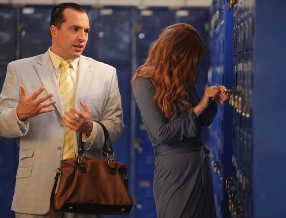 22.fev.2013 - Nenê (Daniel Boaventura) e Veruska (Mayana Moura) conseguem a chave e abrem o armário de Vitório