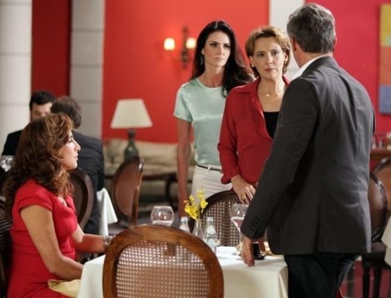 22.fev.2013 - Rachel (Ana Beatriz Nogueira) surpreende Wanda (Totia Meirelles) em restaurante com Nunes (Oscar Magrini) e a reconhece