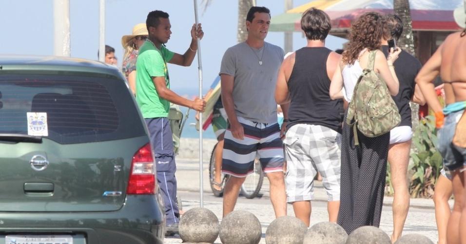 """22.fev.2013 - Rodrigo Lombardi grava cenas de """"Salve Jorge"""" na praia da Macumba, no Rio"""