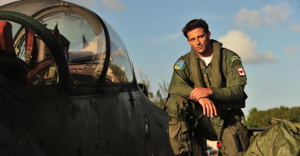De origem humilde, Cassiano torna-se piloto de caça da FAB (Força Aérea Brasileira), mas vai desaparecer após um acidente e deixa a aeronáutica e a namorada Ester (Grazi Massafera)