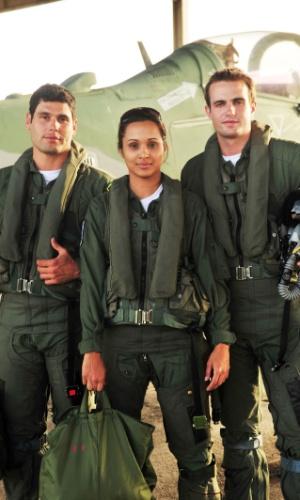 """Ciro (Max Fercondini) e Amadeu (Dudu Azevedo) são amigos inseparáveis em """"Flor do Caribe"""". Isabel (Thaissa Carvalho) vive com os dois na república da Força Aérea Brasileira"""