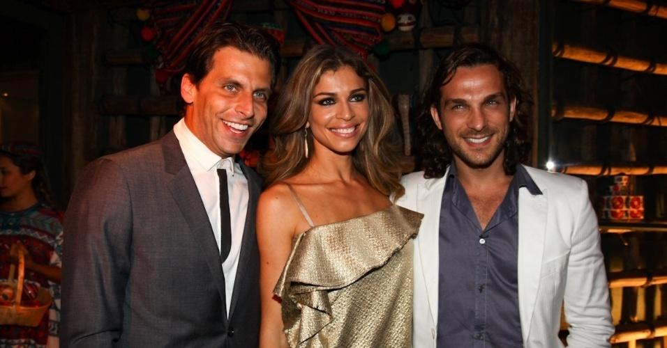 """23.fev.2013 - Henri Castelli, Grazi Massafera e Igor Rickli na festa de lançamento de """"Flor do Caribe"""""""