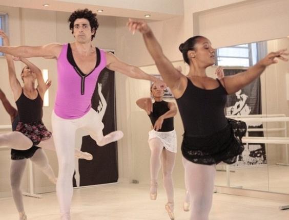 25.fev.2013 - Completamente atrapalhado, Nando tenta dançar balé