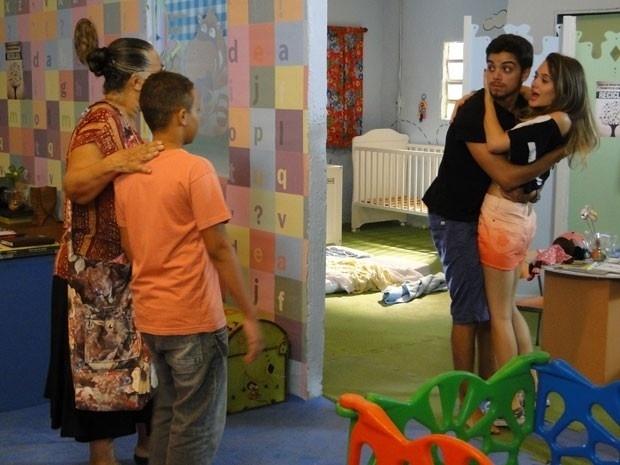 """Em """"Malhação"""", Fatinha aceita namorar com Bruno e o casal comemora"""