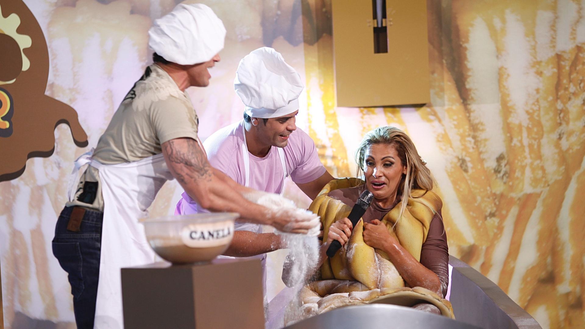 27.fev.2013 - Ângela Bismarchi se fantasiou de churros durante uma prova do programa