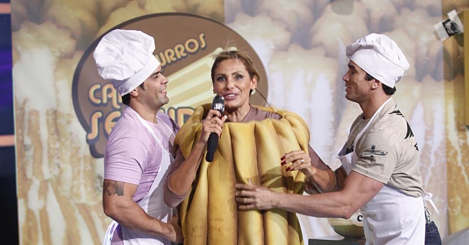 """27.fev.2013 - Ângela Bismarchi se fantasiou de churros durante uma prova do programa """"Canta se puder"""" (SBT); o programa vai ar hoje às 22h45"""