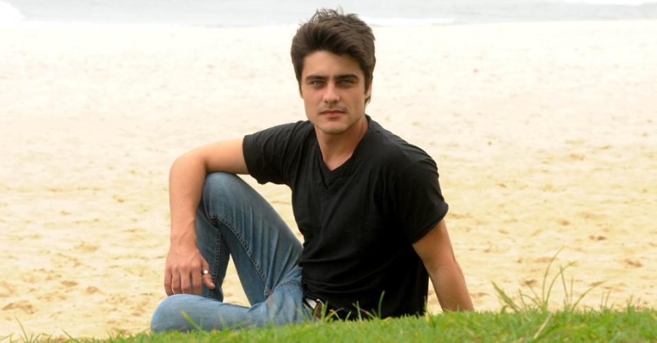 """7.fev.2013 - Guilherme Leicam, que interpreta o Vitor de """"Malhação"""", posa para foto durante entrevista para o UOL na praia do Pepê, na zona oeste do Rio"""