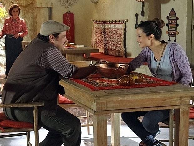 """2.mar.2013 - Em """"Salve Jorge"""", Cyla vê Morena e Demir de mãos dadas e desconfia da relação dos dois"""