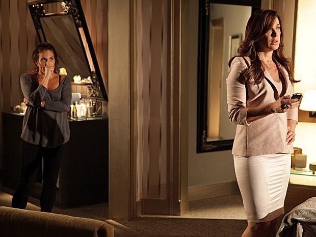 """4.mar.2013 -  Em """"Salve Jorge"""", Wanda procura Lívia e mostra mensagens ameaçadoras"""