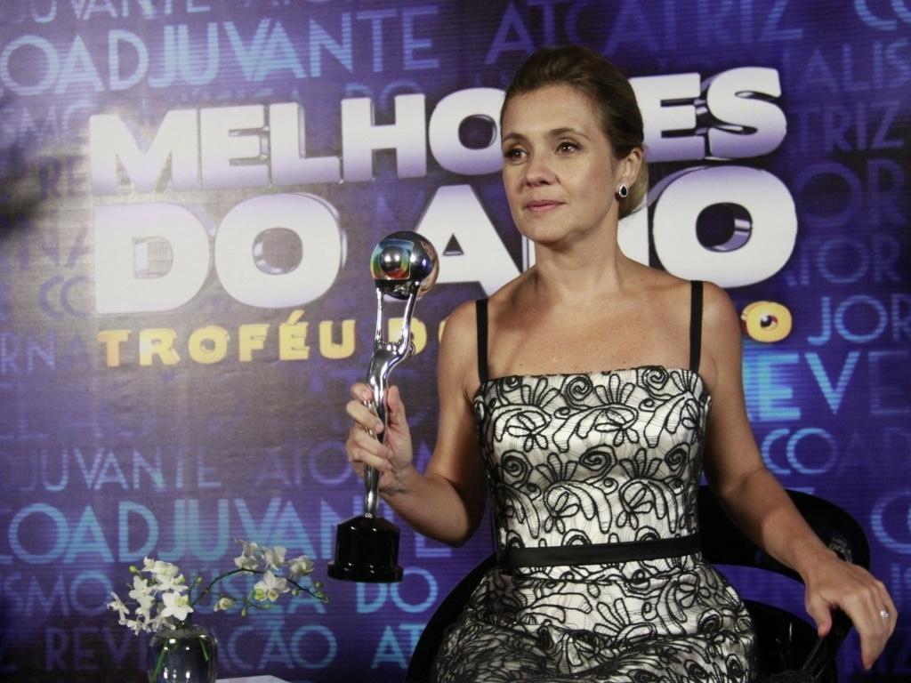 3.mar.2013 - Adriana Esteves mostra o prêmio de Melhor Atriz no Melhores do Ano do