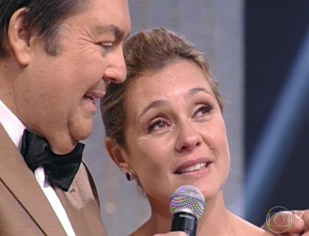 """3.mar.2013 - Adriana Esteves se emociona ao ganhar o prêmio de Melhor Atriz no Melhores do Ano do """"Domingão do Faustão"""""""