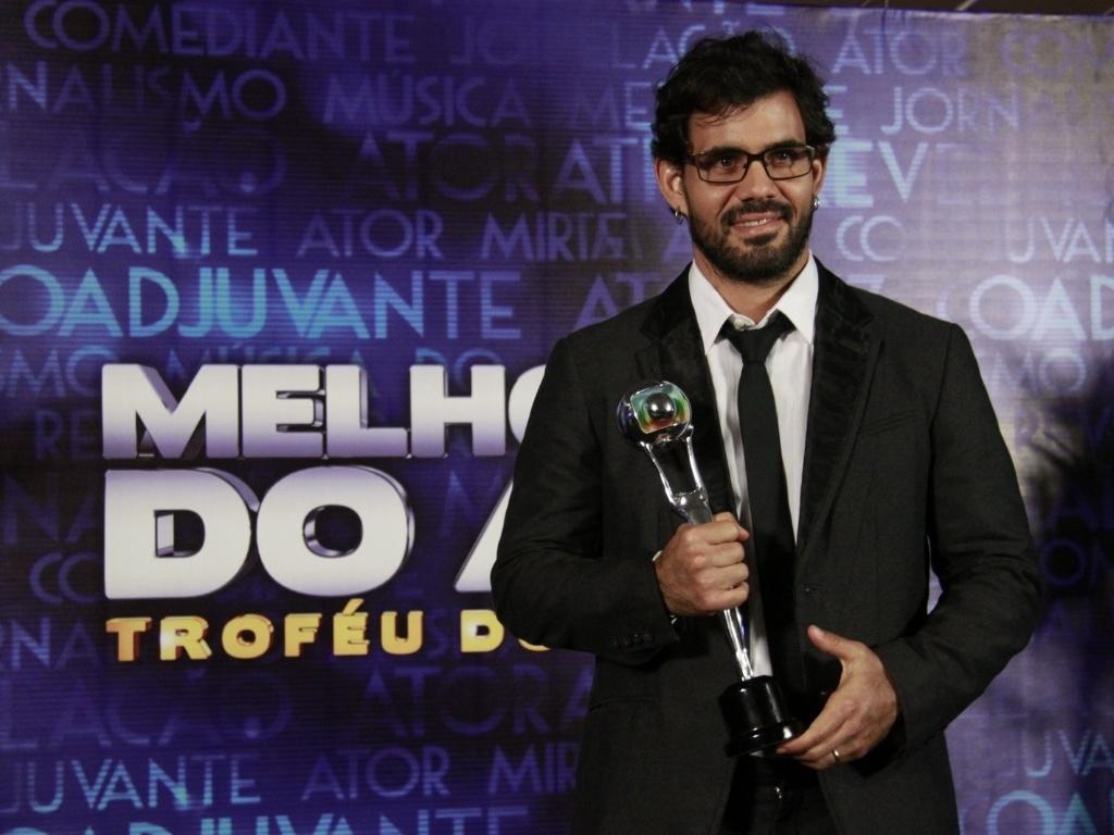 3.mar.2013 - Juliano Cazarré mostra seu prêmio de Ator Coadjuvante no Melhores do Ano do