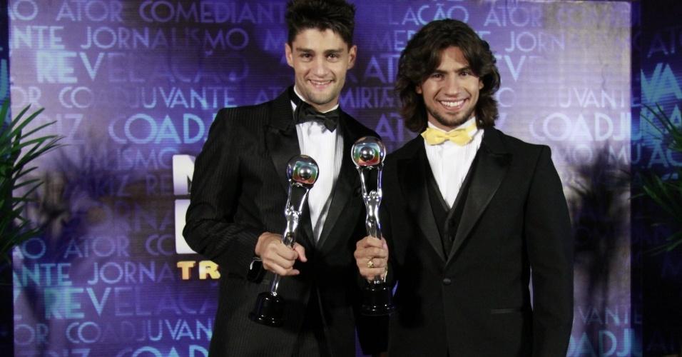 """3.mar.2013 - Munhoz e Mariano posam com o troféu de Música do Ano no prêmio Melhores do Ano do """"Domingão do Faustão"""""""