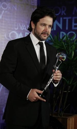 """3.mar.2013 - Murilo Benício mostra seu prêmio de Melhor Ator no Melhores do Ano do """"Domingão do Faustão"""""""