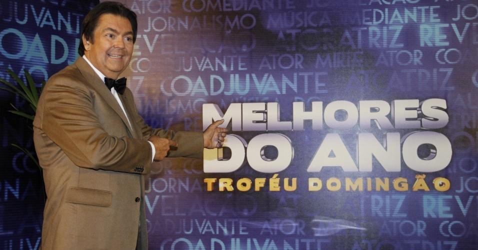 """3.mar.2013 - O apresentador Faustão posa para fotos após o prêmio Melhores do Ano no """"Domingão do Faustão"""""""