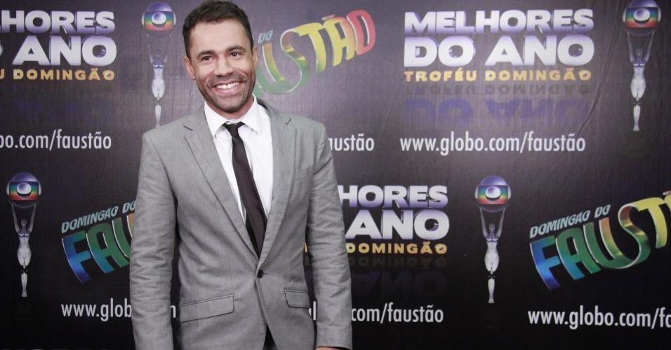 """3.mar.2013 - Rodrigo Sant´anna posa para fotos no prêmio Melhores do Ano no """"Domingão do Faustão"""""""