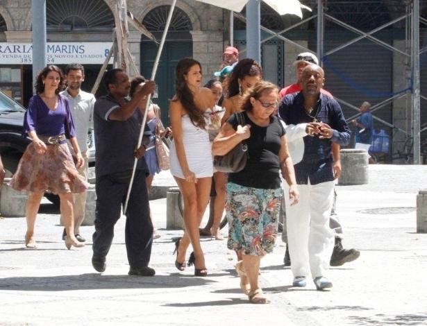 """4.mar.2013 - Bruna Marquezine gravou cenas de """"Salve Jorge"""" em uma gafieira localizada no centro do Rio"""