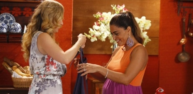 4.mar.2013 - Juliana Paes recebe o carinho de Anglica durante gravao do 