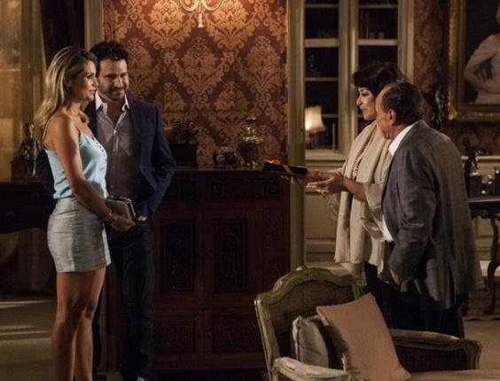 """4.mar.2013 Em """"Salve Jorge"""", Celso faz cena e Érica abandona jantar"""
