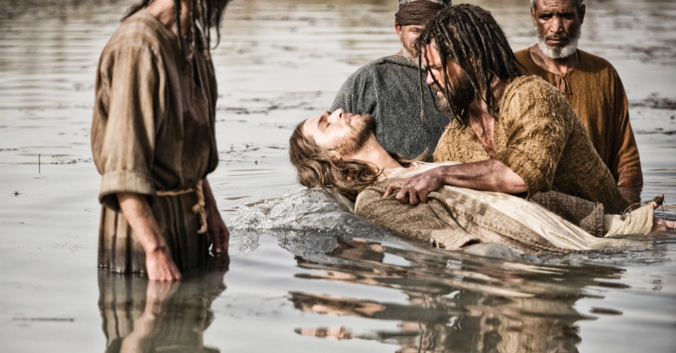 """5.mar.2013 - Jesus é batizado por João Batista em cena da série """"A Bíblia"""", exibida nos EUA pelo History Channel"""
