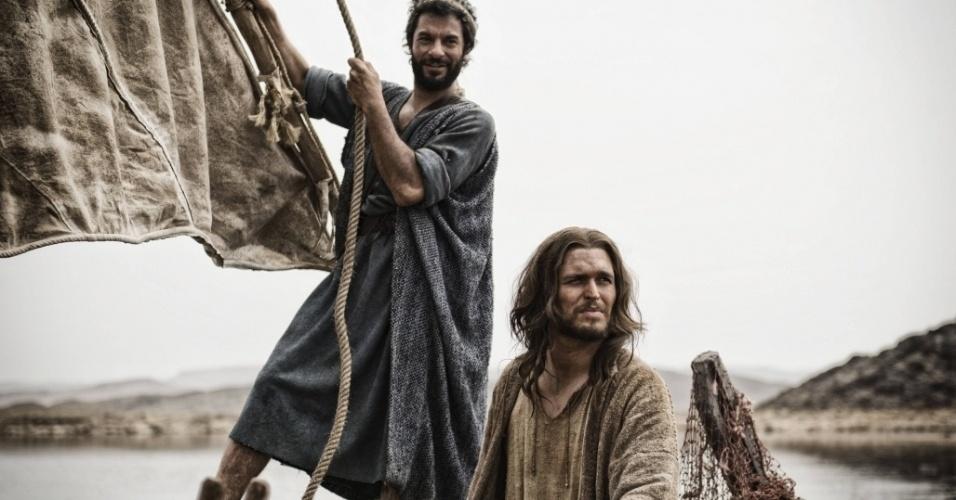 """5.mar.2013 - Jesus e Pedro navegam pelo mar da Galiléia em cena da série """"A Bíblia"""""""