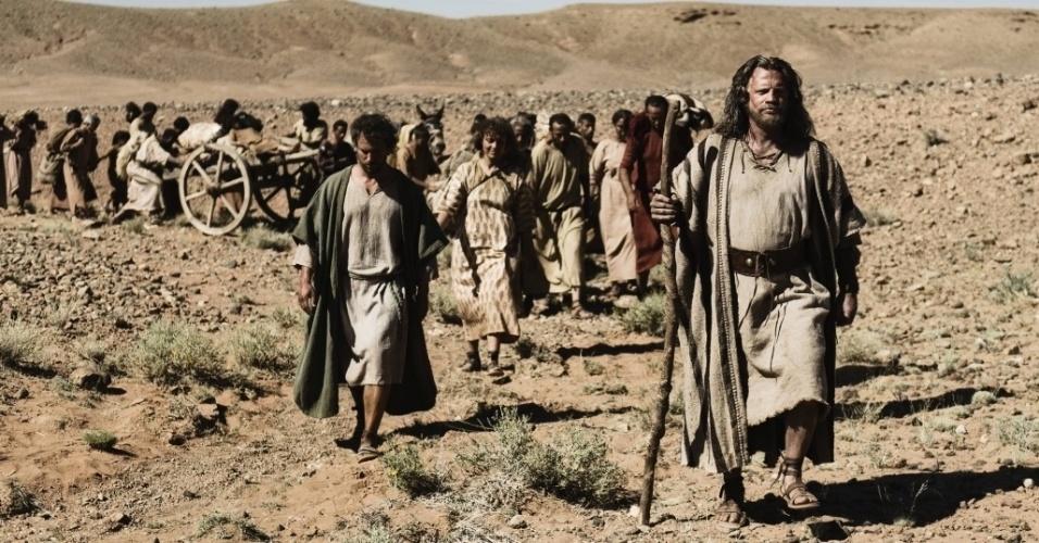 """5.mar.2013 - Moisés guia os hebreus em direção à terra prometida em cena da série """"A Bíblia"""""""