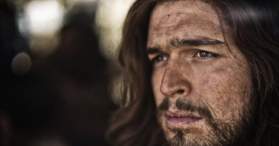 """5.mar.2013 - O ator Diogo Morgado, que interpreta Jesus Cristo em cena da série """"A Bíblia"""""""